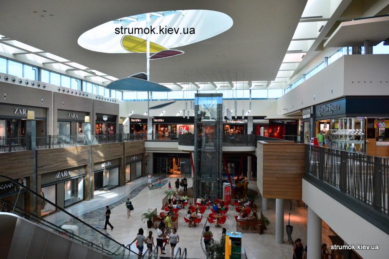 Естественное освещение торгового центра.
